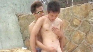 Japanese gay gets oralsex and handjob in the beach
