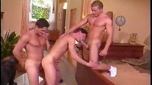 Gay hunks enjoying threesome